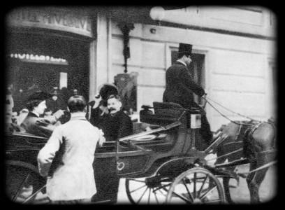 А. М. Горький и М. Ф. Андреева выезжают из отеля «Везувий» на митинг в здании Биржи труда, организованный в связи с приездом писателя в Италию. 1906 г.
