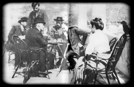 В. И. Ленин на Капри. В. И. Ленин (сидит слева) играет в шахматы с А. А. Богдановым (сидит справа). В центре за столом А. М. Горький. В кресле М. Ф. Андреева. 1908 г.