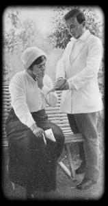 М. Ф. Андреева и В. Л. Мчеделов репетируют. М. Ф. Андреева готовится к своим выступлениям в театре Н. Н. Синельникова (Киев). Мустамики. лето 1914 г.