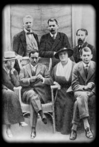М. Ф. Андреева, Г. Уэллс (сидят слева), Ф. И. Шаляпин, А. М. Горький и другие. Фрагмент группового снимка. Петроград, 1920 г.